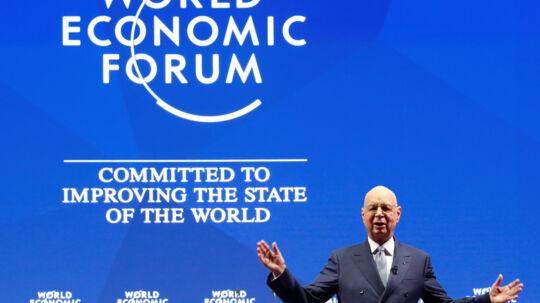 Klaus Schwab, lederen af Det Verdensøkonomiske Forum i Davos, Schweiz, står klar til at tage imod USA's præsident, Donald Trump. Reuters/Denis Balibouse