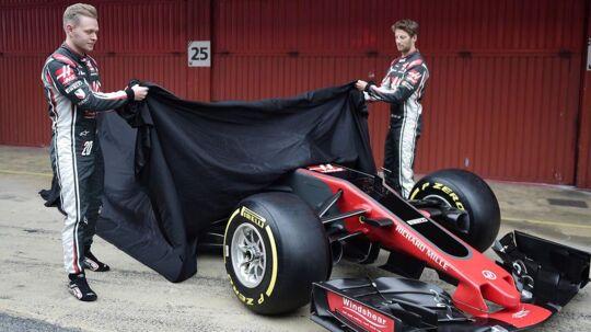 Kevin Magnussen og Romain Grosjean afslører 2017-Haas-raceren. Det vides endnu ikke, hvornår 2018-modellen vises frem.