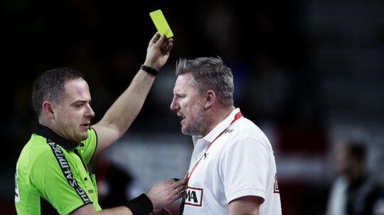 Nikolaj Jacobsen får det gule kort for et raseri-udfald. Men spillerne trives godt med, at landstræneren er en hidsigprop.