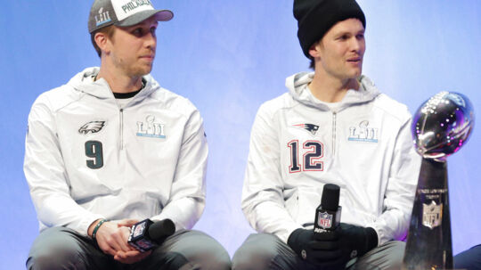 Forskellen i kvalitet hos de to quarterbacks, Nick Foles fra Philadelphia Eagles (tv.) og Tom Brady fra New England Patriots (th.), er den primære årsag til, at NFL-ekspert Søren Hygum Hansens begejstring for årets Super Bowl er til at overse. Foto: USA Today Sports