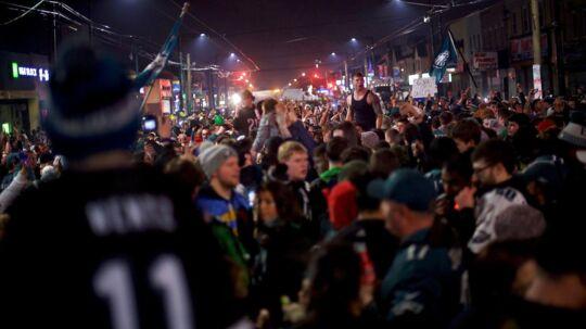 De festede i Philadelphia, da NFL-holdet Philadelphia Eagles vandt Super Bowl natten til mandag (dansk tid). Nu venter sejrsparaden igennem byen, og der bliver gratis øl til alle Eagles-fans over 21 år.