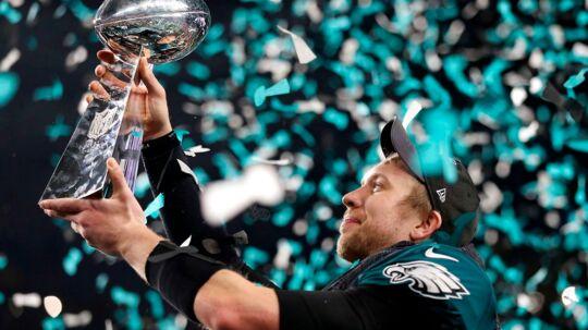 Ingen havde troet, at Nick Foles ville kunne overskygge quarterback-legenden i Super Bowl 52. Men det gjorde han og blev fortjent kåret til Super Bowls mest værdifulde spiller. Her ses han med Lombardi-trofæet. Foto: Reuters