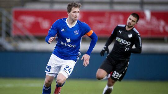 Lyngby kan ikke betale spillerne løn tirsdag. Klubben håber på fredag. Her ses Lyngbys Thomas Sørensen (tv) i en kamp mod Randers FC