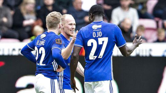 Mikkel Rygaard (im) har her scoret for Lyngby. Han og Bror Blume (tv) har nu forladt konkurstruede Lyngby Boldklub.