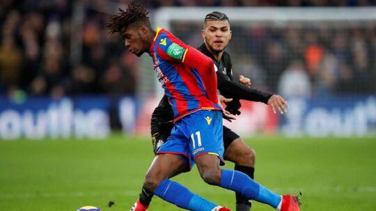 Wilfried Zaha (for.) fra Crystal Palace blev knæskadet mod Newcastle. Det kan give kampe til Alexander Sørloth i de næste runder - og dermed på længere sigt penge til FCM, som i sidste uge solgte ham til London-klubben.