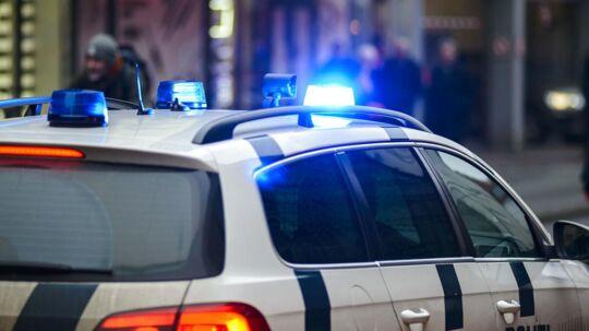 Politibil med blå blik og sirener.