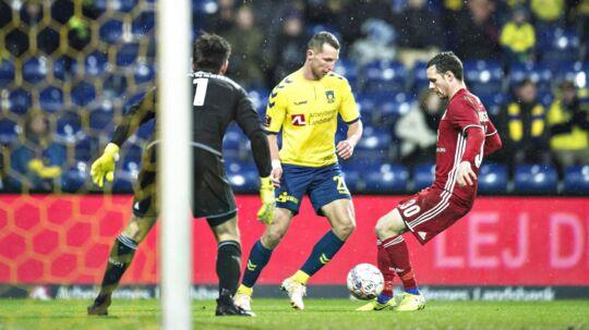 Lyngby møder Brøndby (gule trøjer) søndag, og krisen i Lyngby kommer til at præge Lyngby-træner Thomas Nørgaards hiold.