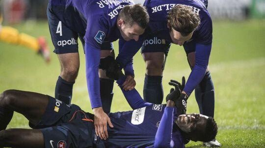 Paul Onuachu (FC Midtjylland - 33) liggende efter sin scoring til 1-0 mod AC Horsens. FCM vandt kampen 2-0.