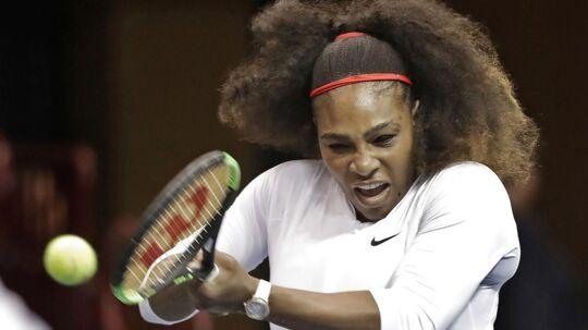 USA's Serena Williams tabte søndag sin anden kamp i træk til turneringen Fed Cup.