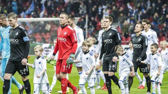 Spillerne går på banen med maskotter inden Alka Superliga-kampen mellem FC København og Randers FC i Telia Parken lørdag den 10. februar 2018.