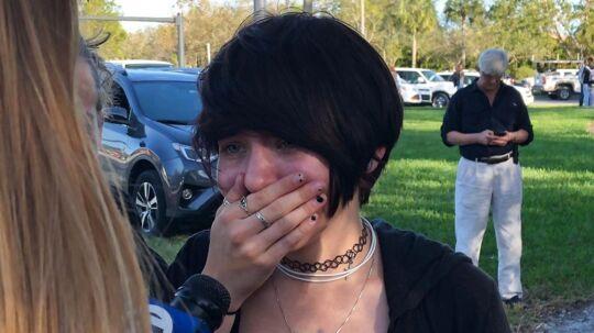 En elev fra Marjory Stoneman Douglas High School i byen Parkland, hvor et skoleskyderi har fundet sted. Mindst 17 er dræbt.