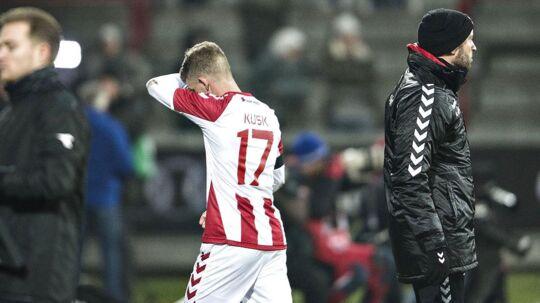 Kasper Kusk forlader skuffet banen under AaBs uafgjorte kamp mod Brøndby.