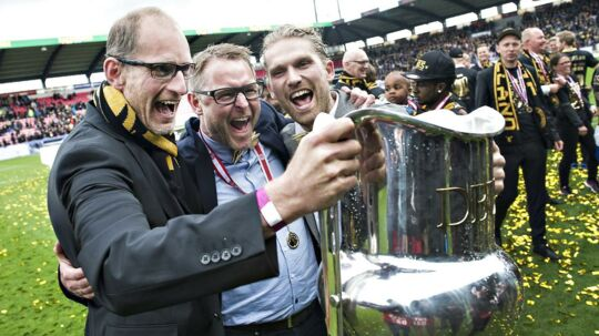 FCM-sportschef Svend Graversen (tv) ses her ved FCMs guld i 2015. Han er med egne ord afsindigt stolt af, at klubben netop nu fører Superligaen og har ingen kommentarer til, at klubben skulle sætte sig selv op på en piedestal.