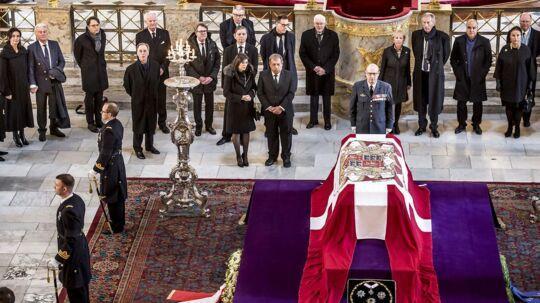 Prins Henriks venner fik mandag mulighed for at sige farvel til deres ven. Tirsdag er det familiens tur til et sidste farvel.