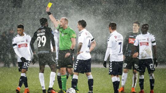 Dommer Benjamin Willaume-Jantzen deler et gult kort ud til både SønderjyskEs Victor Ekani 29 og AGFs Tobias Sana 11 under Alka Superliga-kampen mellem AGF og Sønderjyske. Kampen sluttede 0-0.