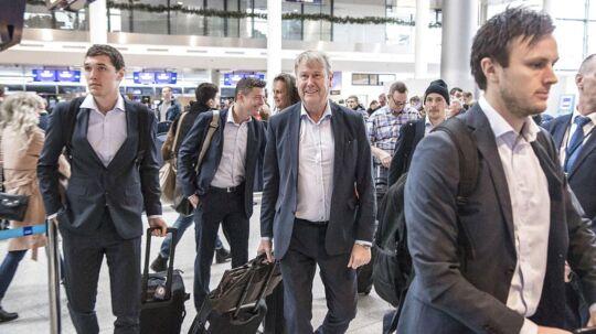 Andreas Christensen (tv), Jon Dahl Tomasson, ass. træner, Danmark og landsholdstræner Åge Hareide (im) og William Kvist (th) sammen med resten af landsholdet i Kastrup Lufthavn inden afgang til Irland søndag den 12. november 2017, hvor de vandt med 4-1.