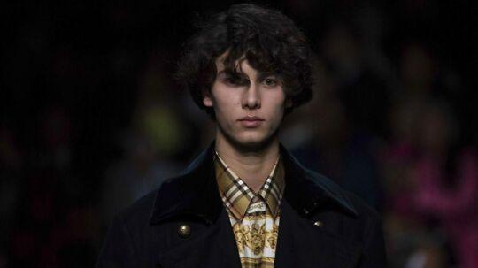 London Fashionweek blev i weekenden skudt i gang, og lørdag havde Burberry et opsigtsvækkende es i det ternede skjorteærme. Den britiske modegigant havde nemlig, ifølge BTs oplysninger, hyret danske prins Nikolai til at gå ned ad catwalken for at vise den kommende efterårs- og vinterkollektion.