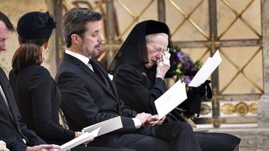 Under den afsluttende salme i Christiansborg Slotskirke måtte dronning Margrethe overgive sig til tårerne ved prins Henriks bisættelse.