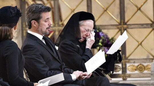 Dronning Margrethe måtte finde sit lommetørklæde frem, da hendes mand, prins Henrik, tirsdag blev bisat