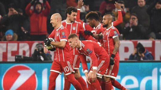 Glade Bayern-spillere fejrer et af holdets fem mål i sejren over Besiktas.