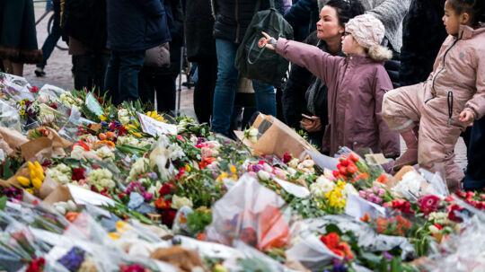 Besøgende borgere på Amalienborg mandag den 19. februar 2018. Blomsterhavet vokser stadig stødt foran Amalienborg mandag eftermiddag, mange danskere og udlændinge besøger fortsat Amalienborg for at ære og minde Prins Henrik.. (Foto: Martin Sylvest/Scanpix 2018)