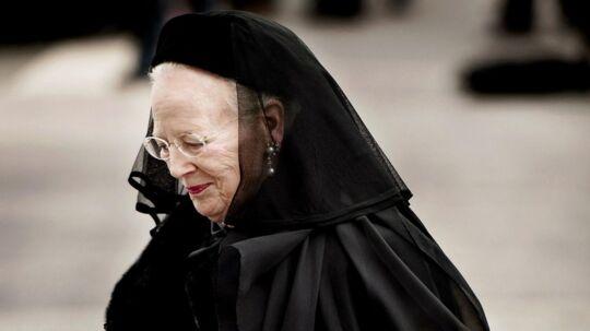Hans Kongelige Højhed Prins Henrik bliver bisat fra Christiansborg Slotskirke. Dronning Margrethe ankommer.