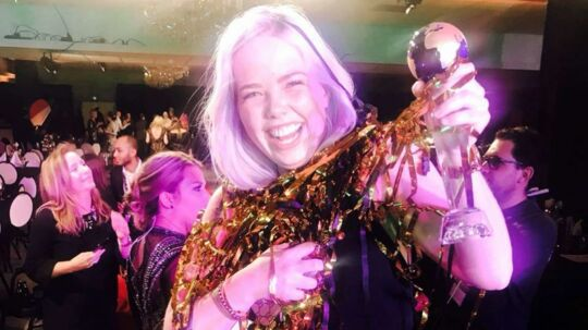 Det var en glad Marie-Louise Asmussen, der kunne løfte vinder-pokalen til Lash World Cup.