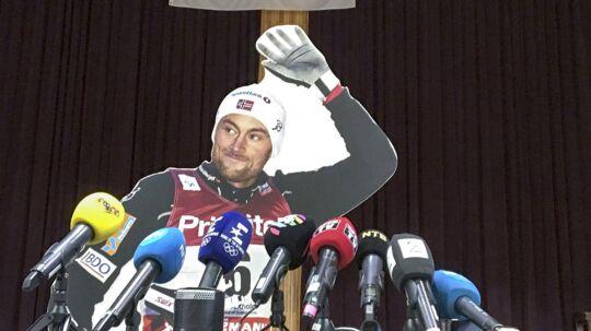 Petter Northug 'dukker op' i papfigur til det norske landsholds pressemøde i Pyeongchang.