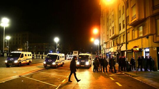 Politiet ses her uden for Stadio San Mames i Bilbao efter fodbold-uroen.