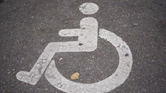 Handicapparkering piktogram på asfalt.