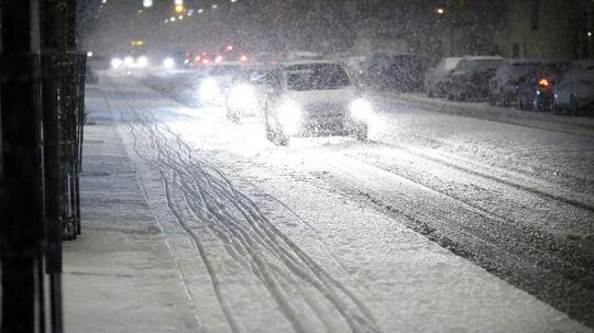 Det er en god idé at bevæbne sig med tæpper, skovle og opladte telefoner, hvis man bevæger sig ud i trafikken på Bornholm, hvor der søndag kan falde op til 10-15 centimeter sne.