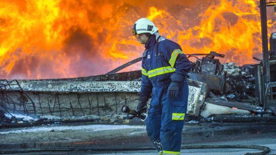 Arkivbilledet her er fra en tidligere storbrand i en stor lagerbygning i Aarhus.