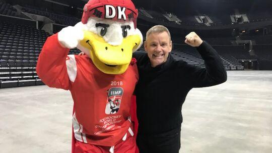 Sveriges ishockeylegende Håkan Loob blev budt velkommen på de regerende verdensmestre Tre Kronors VM-hjemmebane, Royal Arena, af maskotten Duckly.