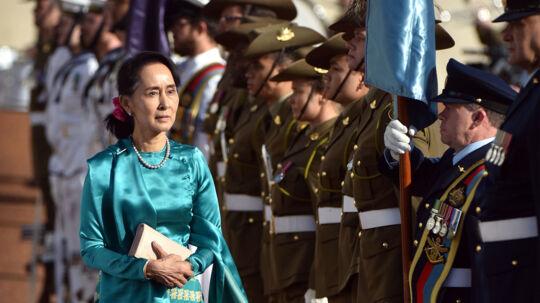 Aung San Suu Kyi fik en militær velkomst, da hun ankom til Canberra mandag. Scanpix/Mark Graham