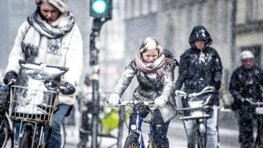 Det er koldt og sneglat for både cyklister og bilister i den østlige del af landet tirsdag morgen. Billedet er dog nogle dage gammelt. (Arkivfoto)