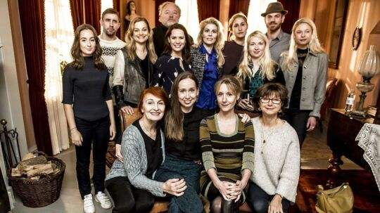 De fremmødte skuespillere samlet under pressemødet som TV 2 afholder om den nye sæson af tv-serien Badehotellet i Risby Studierne i Albertslund, tirsdag den 30. januar 2018. (Foto: Mads Claus Rasmussen/Scanpix 2018).