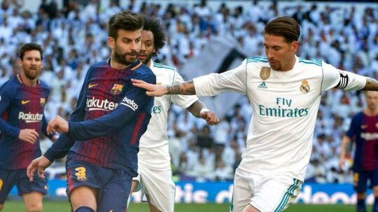 FC Barcelonas Gerard Pique i duel med landsholdskollega fra Real Madrid Sergio Ramos.
