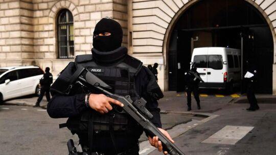 Her ses en fransk politibetjent i forbindelse med sagen mod de terrorister, der stod for terrorangrebene i Paris i november 2015.