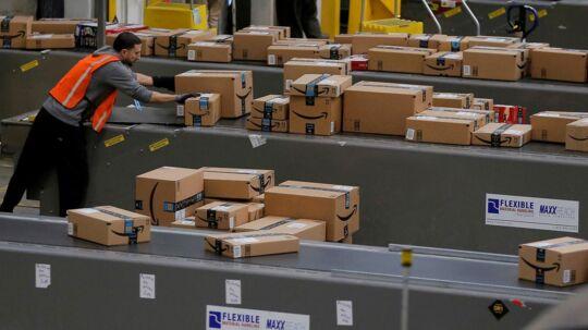 Et billede af et af Amazons lagerhuse i USA.