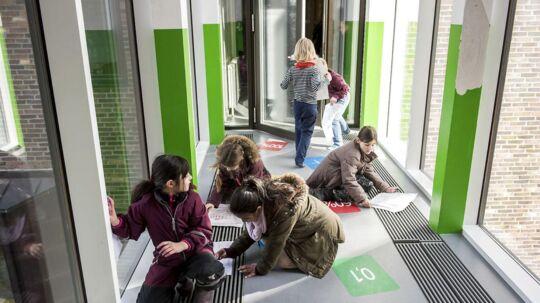 Elevfravær og social baggrund hænger sammen. Skolerne med størst fravær er karakteriseret ved at have mange elever med en dårlig socioøkonomisk baggrund. Men der er undtagelser. Øster Farigmagsgades Skole ligger i toppen af fraværslisten, selv om eleverne hører til blandt de mest ressourcestærke i København. Her er nogle af de elever, som passede deres skole, da Berlingske besøgte skolen på Østerbro.