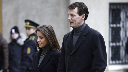 Prins Joachim og prinsesse Marie ved ankomsten til prins Henriks castrum doloris i Christiansborg Slotskirke.
