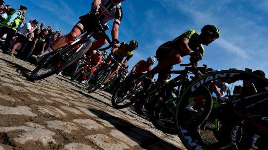 Den 116. udgave af forårsklassikeren Paris-Roubaix er søndag blevet ramt af en alvorlig episode, da belgiske Michael Goolaerts blev ramt af et hjertestop efter et styrt.