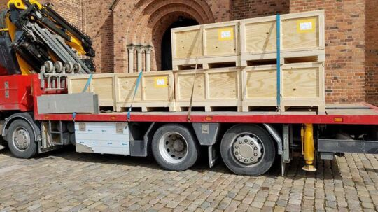 De sidste dele af gravmælet blev leveret på en lastbil, der med kran løftede den tunge last ind i domkirken.