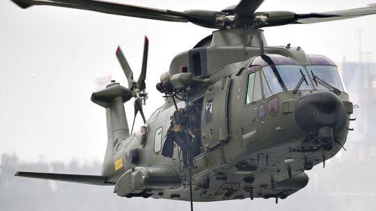Forsvaret leder efter den savnede med helikopter. Arkivfoto