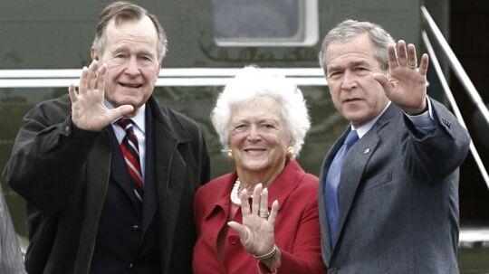Barbara Bush ses her med sin mand og søn, der begge deler navnet George Bush. Arkivfoto