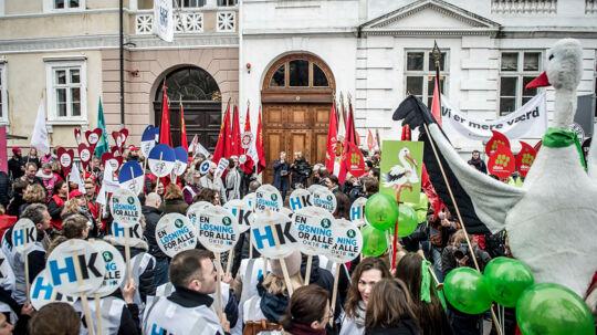 Folk er mødt op til forhandlinger i Forligsinstitutionen i København, hvor forhandlere på det statslige, kommunale, og regionale område forhandler, tirsdag den 17. april 2018.. (Foto: Mads Claus Rasmussen/Ritzau Scanpix)