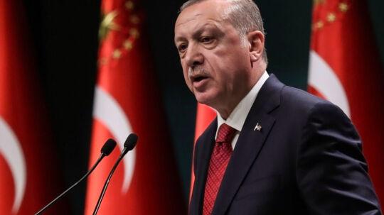 Den tyrkiske præsident udskriver valg på et pressemøde i det tyrkiske præsidentpalæ. Det er sjældent, at den tyrkiske præsident selv stiller sig frem på pressemøder. Scanpix/Adem Altan