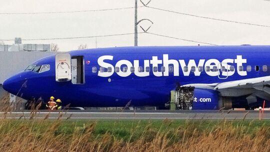 Det var på dette fly fra Southwest Airlines, at en del fra motoren ødelagde et vindue, hvorefter en kvinde næsten blev suget ud. Det ødelagtevindue ses lige over vingen.