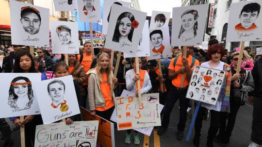 Studerende holder portrætter af ofrene for et skoleskyderi på Marjory Stoneman Douglas High School i Florida 14. februar. Scanpix/Mark Ralston/arkiv