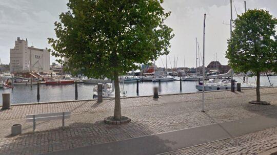 Bilen er fundet i vandet mellem Bendixens Fiskehandel og Fremtidsfabrikken.